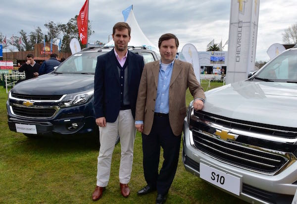 José María Blanco (Gerente de Marketing y Ventas) junto a Claudio D'Agostini (Gerente General de General Motors Uruguay) María Blanco (Gerente de Marketing y Ventas de General Motors Uruguay) junto a la S10 en la Rural del Prado.